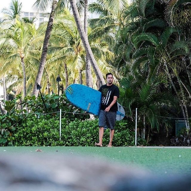 @ezrarod Hawaii vibes with his 9'1 #peacemaker in @thunderbolt_technologies_japan from @hwnsouthshore ! 🤙🏄♂️🏝 . . 📸 @kuhio.fotos . . @firewiresurfboards