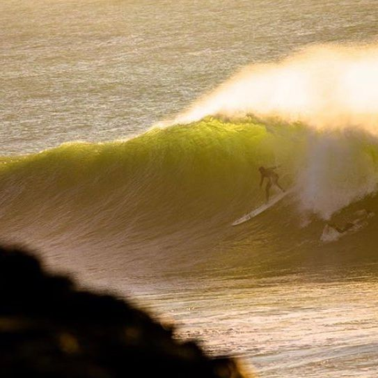 Backlit winter gem by @jasondreyerimages 🙏🏻 . . . @oneillwetsuits @dryrobe @reef  @reef_europe @wearethepavilion @oceanmountainexplorers @skinnersbrewery @dragoneurope @skindog_surfboards @thunderbolt_technologies_japan @firewiresurfboards