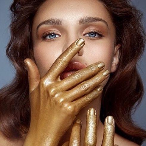 «The golden touch» #editorial for @lucysmagazine by @shilat_mizrahi 🌟  MUA: @tal_davara @solo_agency_telaviv 😍 Hair: @arielettedgi 🤩 ✨✨✨✨✨✨✨ #new #fashion #beauty #photography #lucymagazine #newyork #magic #gold #shine #makeup #inbeautmag #igs #bobbybrown 💫💫💫💫💫💫💫