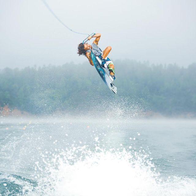 No grab no trick 🦀 Morning stretch from last month 🇵🇹  @liquidforcewakeitalia  @ctikneebraces  @polartecfabric  - - - - - - - - #wakeboard #wakeboarding #sidewake #wakeboards #sport #sportmotivation #portogallo