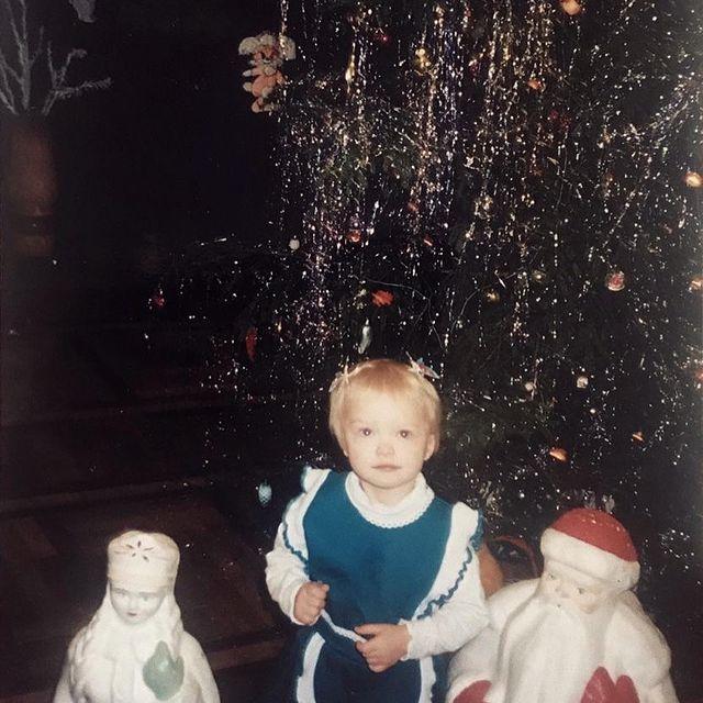 Happy New Year 🎈👼🏻 Хочу вернуться в 2000, где мне 3 годика, где конфеты максимально вкусные, елка огромная и главное, Дед Мороз настоящий! 💫 В этом году Новый год у меня азиатский, бесснежный, своеобразный... Странно, но у корейцев Новый год не такой биг диал как у нас, празднуют они всего 1 день и 2ого числа уже идут на работу(( А с короной, все ещё хуже, ничего не украшено, никакого праздника и снег, видимо, тоже не изъявил желание выпадать, хотя погода позволяет, вчера было -12 Ну и чтобы добить, все закрыто после 9 вечера, уже 3ю неделю и даже в Новый год, поэтому все по домам. Ну и вишенка на торте, дома могут собираться не больше 4 человек, (искл если вас изначально живет больше) так что, только избранные попадают за семейный стол  🎄🥂🍰🥢