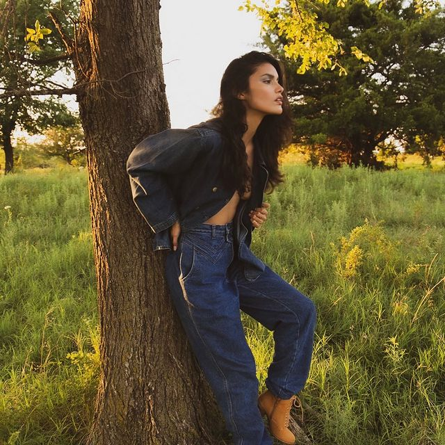 Grass is always greener when it's greener. Or something 👻 - - - @jakianparks 📸 @thewrightabby 👗 @_teresaluz_ 💄💋remember when it was warmer?🥺🤣 #summertime #sadness #jk #meh #nativemodels #beckahistired #farmersonly #lol #stilltired #denimstyle