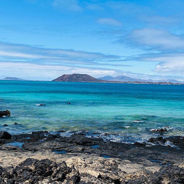 True blue...I'm a ocean lover #fuerteventura #oceanlover #trueblue #canaryislands #mothernature #cleanair #deepbreath #sandybeach #gaia #ilescanaries #naturelovers #naturaleza #peaceful #goodforthesoul