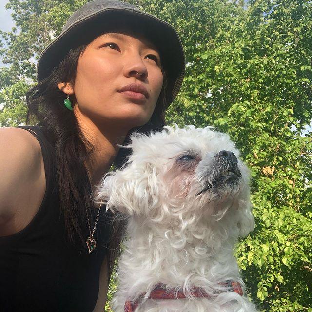 living life w mochi 🖤  #dogsofinstagram #malteseofinstagram #pekingeseofinstagram #crustywhitedog