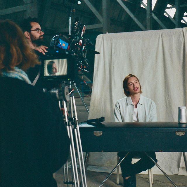 """Une semaine que le clip de """"Bleu Comme l'Enfer"""" et l'EP sont sortis 🤯  Pour fêter ça, voici quelques photos backstage du clip 🎞  @elisa_baudoin 📸 @louorsoni 💙"""