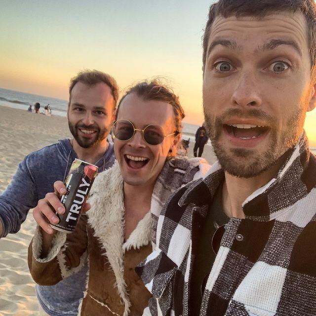 The walk on the California Beach Coast before heading to the Queen's Territory 😅😎  It brings me joy 😆  #iwillbeback  #californiacoast #artistlifestyle #crazyart #beachday #friendsreunion #funmoments