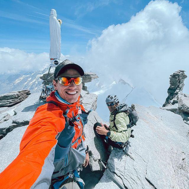 Hoy si! Cumbre del gran Paradiso a 4060m.  Con @pablo__ureta , disfrutando cada paso hacia la cima! ( y las caídas a la bajada!) El sábado se corre @monterosaskymarathon de los 1000m  a los 4550m ; 3500m positivos en 17km y después a bajarlos… Por ahora a seguir disfrutando de este hermoso valle!// Today yes! Gran Paradiso summit at 4060m with my friend @pablo__ureta enjoying every step to the summit and every falll going down! Next Saturday @monterosaskymarathon  35km 3500m+!