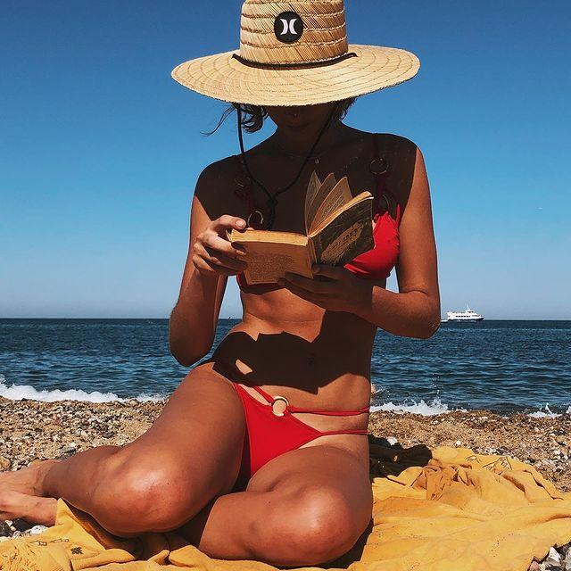 Se podría titular me gusta ir a la playa con Stanis, para! que no me puedo concentrar, o las mil formas de leer. ❤️ En fin, que me la paso bien