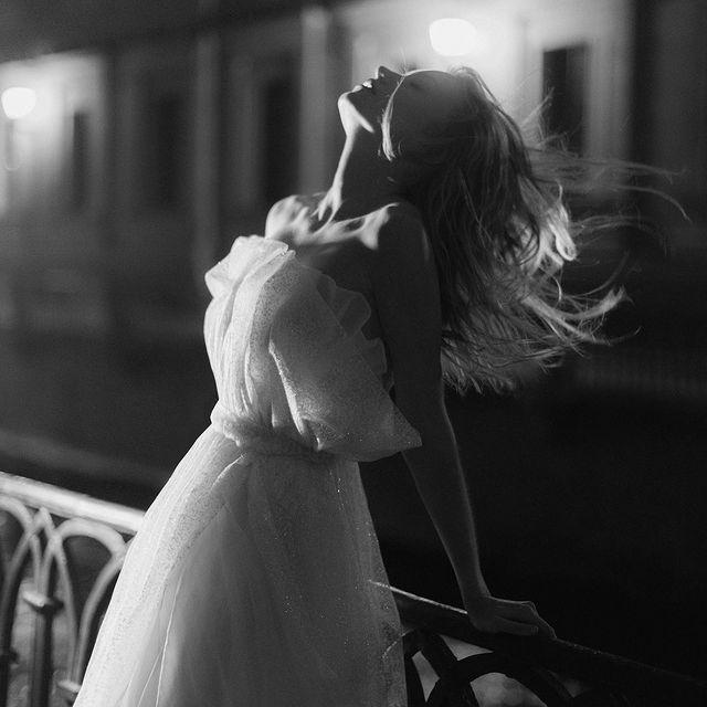 если гулять по ночному Петербургу, то только так 🤍 dreamy story by @nastia_vesna eye catching makeup by @alena_kondratyeva sparkly gown by @tatyanakochnova_bridal special thanks for making it happen to @lyu_volkova 🖤