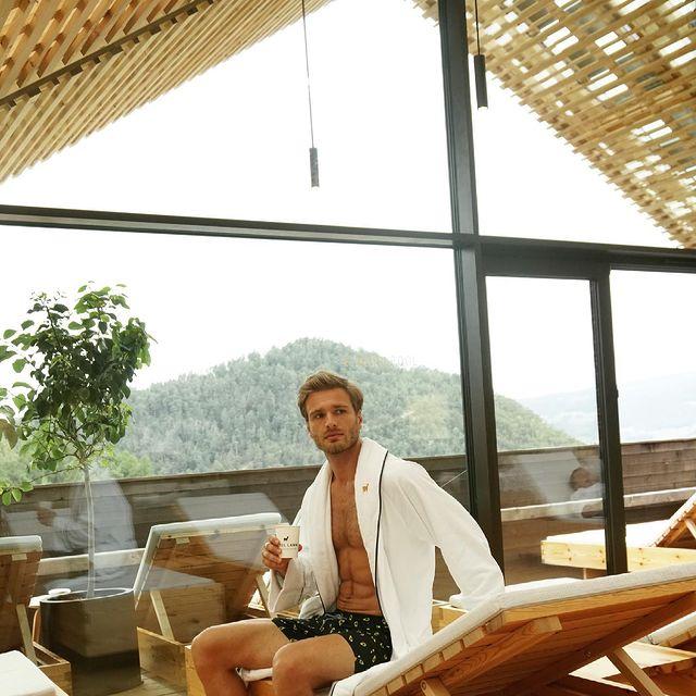 Questo weekend io e @bianca_senatore siamo in #trentinoaltoadige nelle #alpi  in grande relax nel bellissimo @lamm_hotel  che ha piscina e area relax con vista montagna! Bellissima 🤩  #lammalpinelifestylespa #lammhotel
