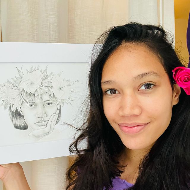 Hello guys !!🌺yesterday I received a beautiful portrait of me. Made my @alohademele 🌺   She is very talented and super kind ❤️ Thank you a lot beauty   #beauty #draw #aloha #2021 #polynesian #tahitienne