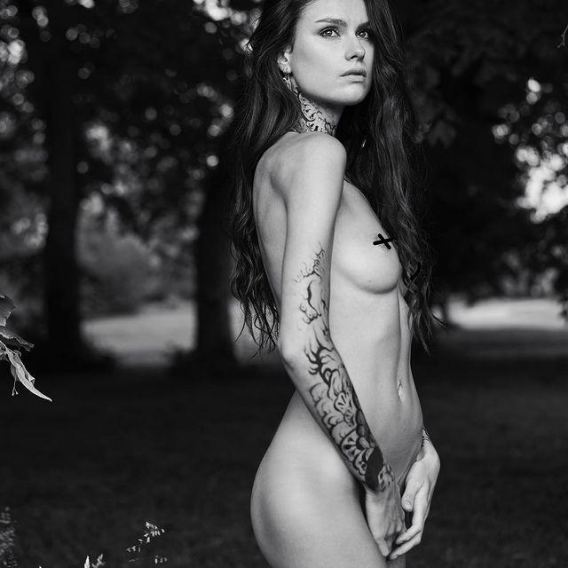 • • • • • #model #photography #blackandwhite #bw #pictureoftheday #models #girl #frenchgirl #body #tatoo #tatoogirl #wild
