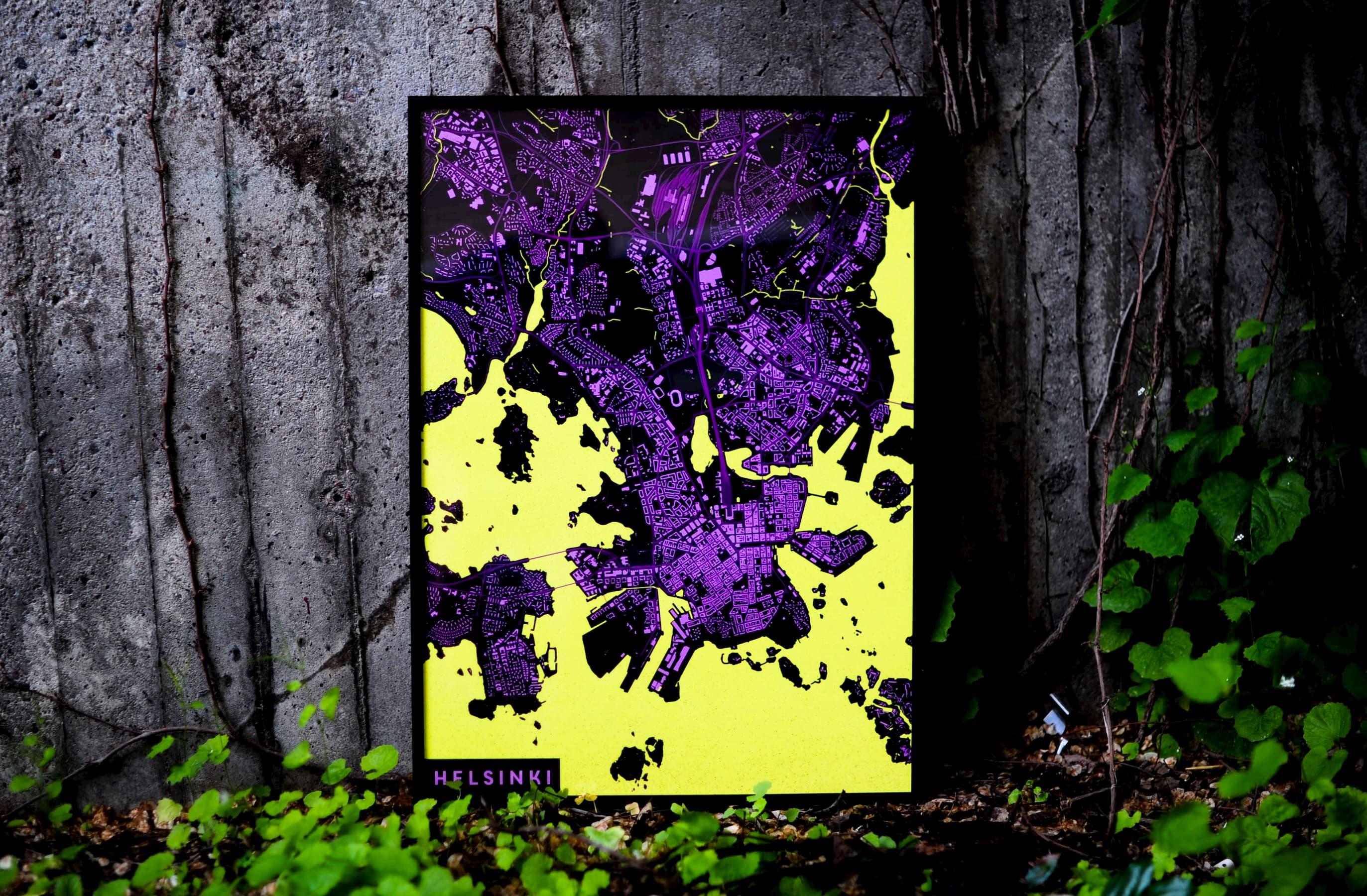Foto på en inramad färgglad karta över Helsingfors från Ateljé Kartan.
