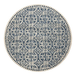 Safavieh Cambridge Collection CAM123G  - Best Rug to Have with Dogs: Avoids catching your pet's paws