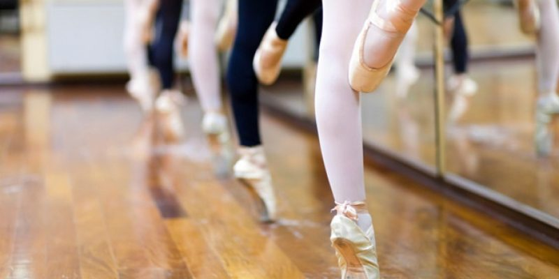 Ballerinas on pointe in studio