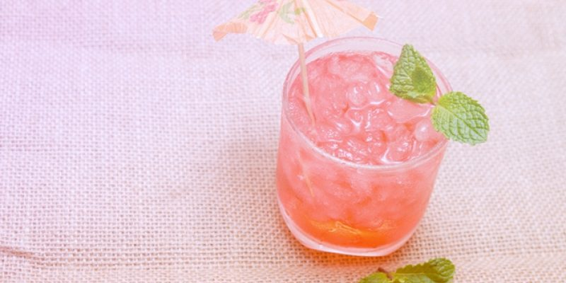 Cold hibiscus mint tea