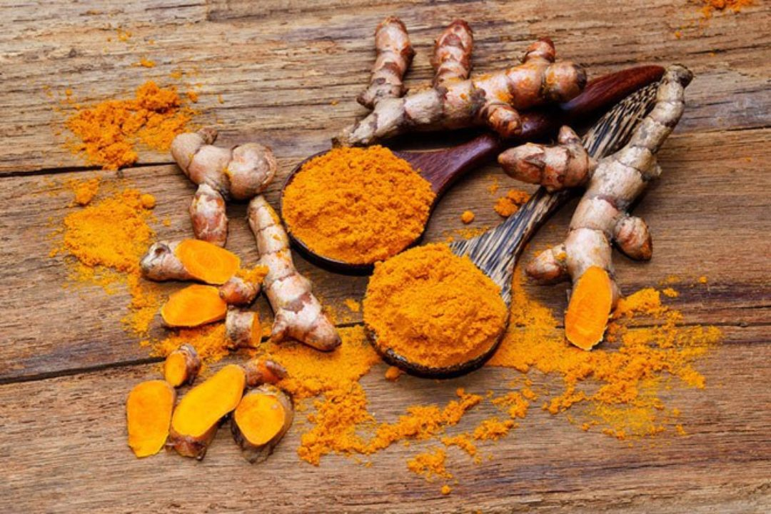 Raw and processed turmeric