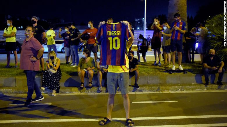 BARCELONA FANS HAPPY THEIR HERO MESSI IS STAYING