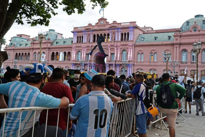 ARGENTINIANS FILE IN FOR DIEGO MARADONA'S WAKE AT BUENOS AIRES' PRESIDENTIAL PALACE