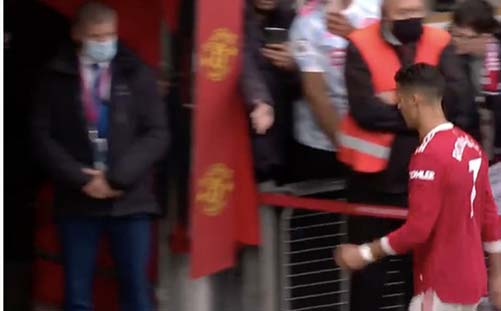 Angry Ronaldo storms down tunnel alone after Man Utd drop points vs Everton