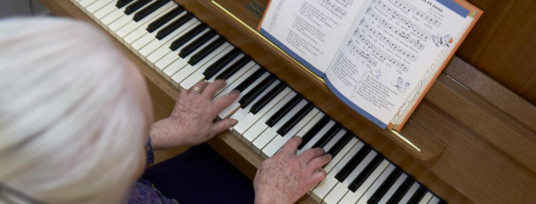 Tant spelar piano