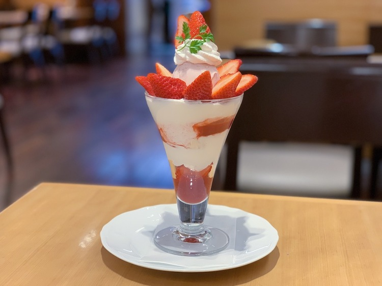(Seasonal special) Strawberry parfait:  2268 JPY