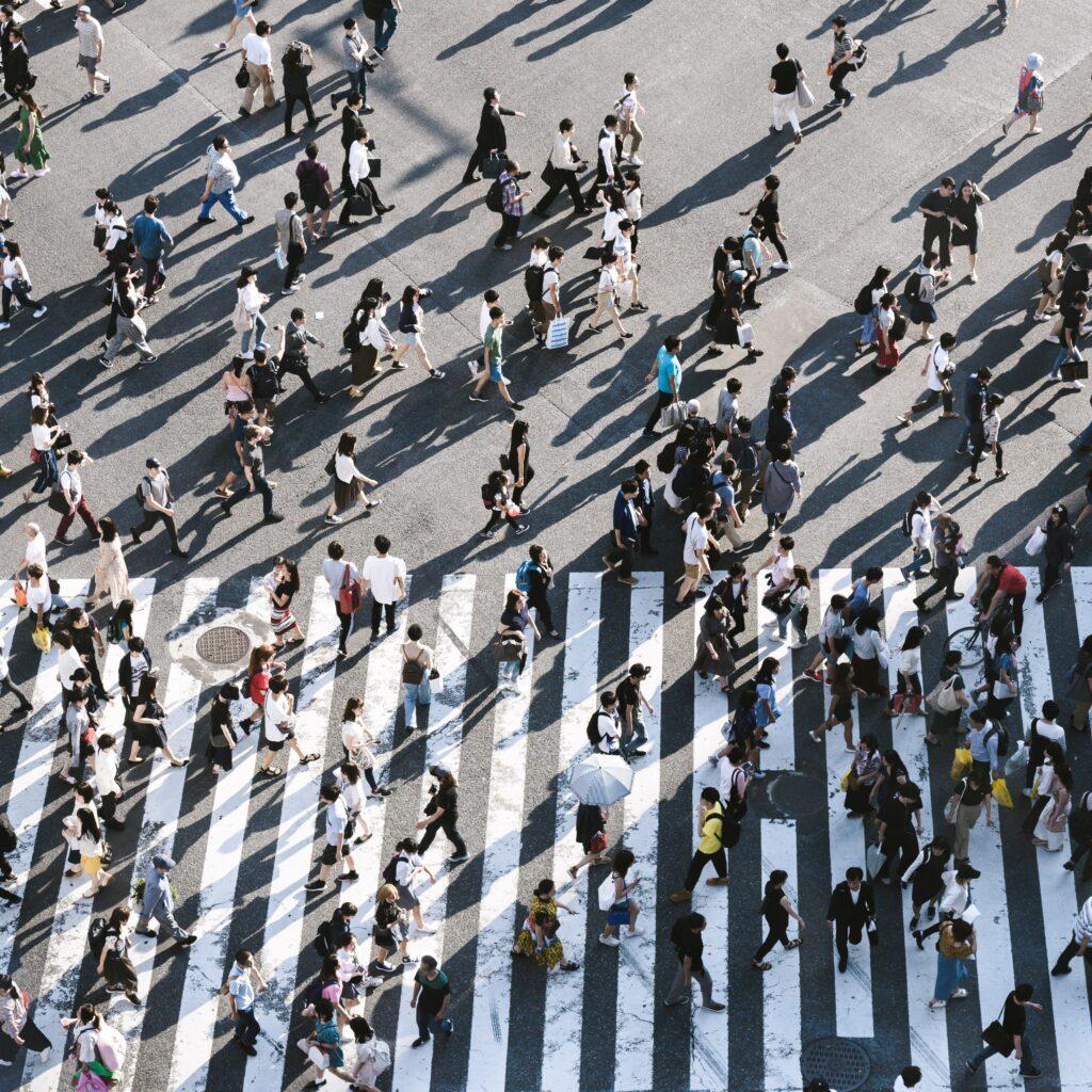 Mucha gente caminando en las calles en camino a uno de los Startups de México.