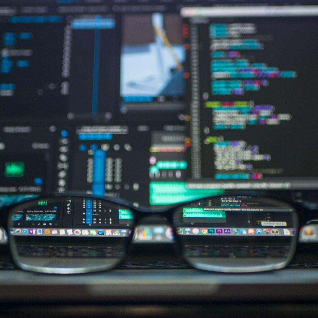 un computador con unas gafas, desarrollando startups en América Latina