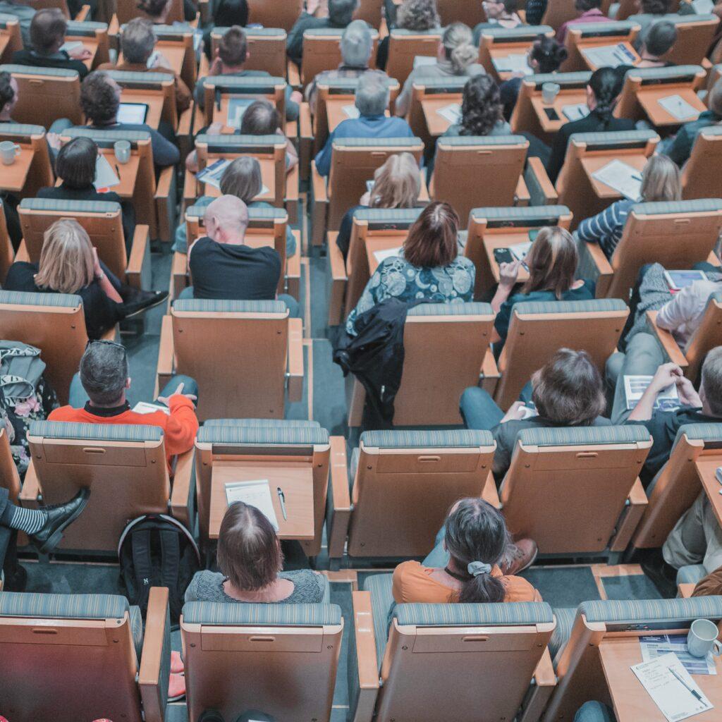 Estudiantes en en una clase sobre los  Startups en México.