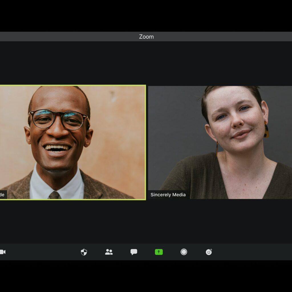dos personas en una réunion en línea hablando sobre consejos empresariales