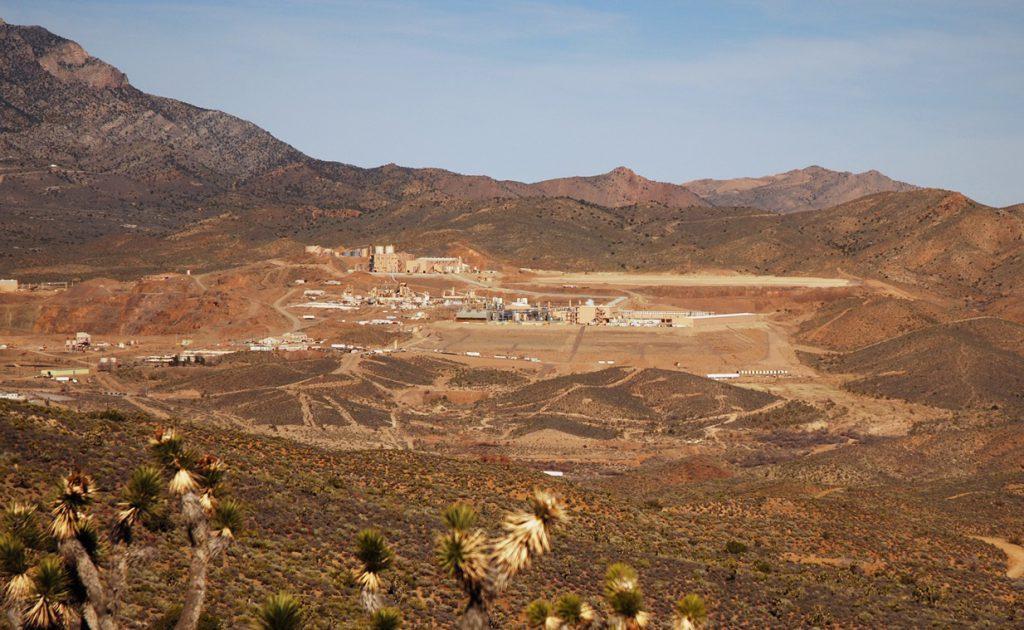 美國加州 Mountain Pass 稀土礦場,此地在 1980 年代以前曾主導全球稀土供應,先前出於環保成本考量,年產五萬噸稀土運往中國加工處理。美中貿易戰開打後,為進一步減少對中國稀土的依賴,日前,澳洲利納斯集團(Lynas Corp Ltd)已與美國德州藍線集團(Blue Line Corp)簽署加工成產稀土的備忘錄。 圖/penny meyer (CC BY-NC 2.0)