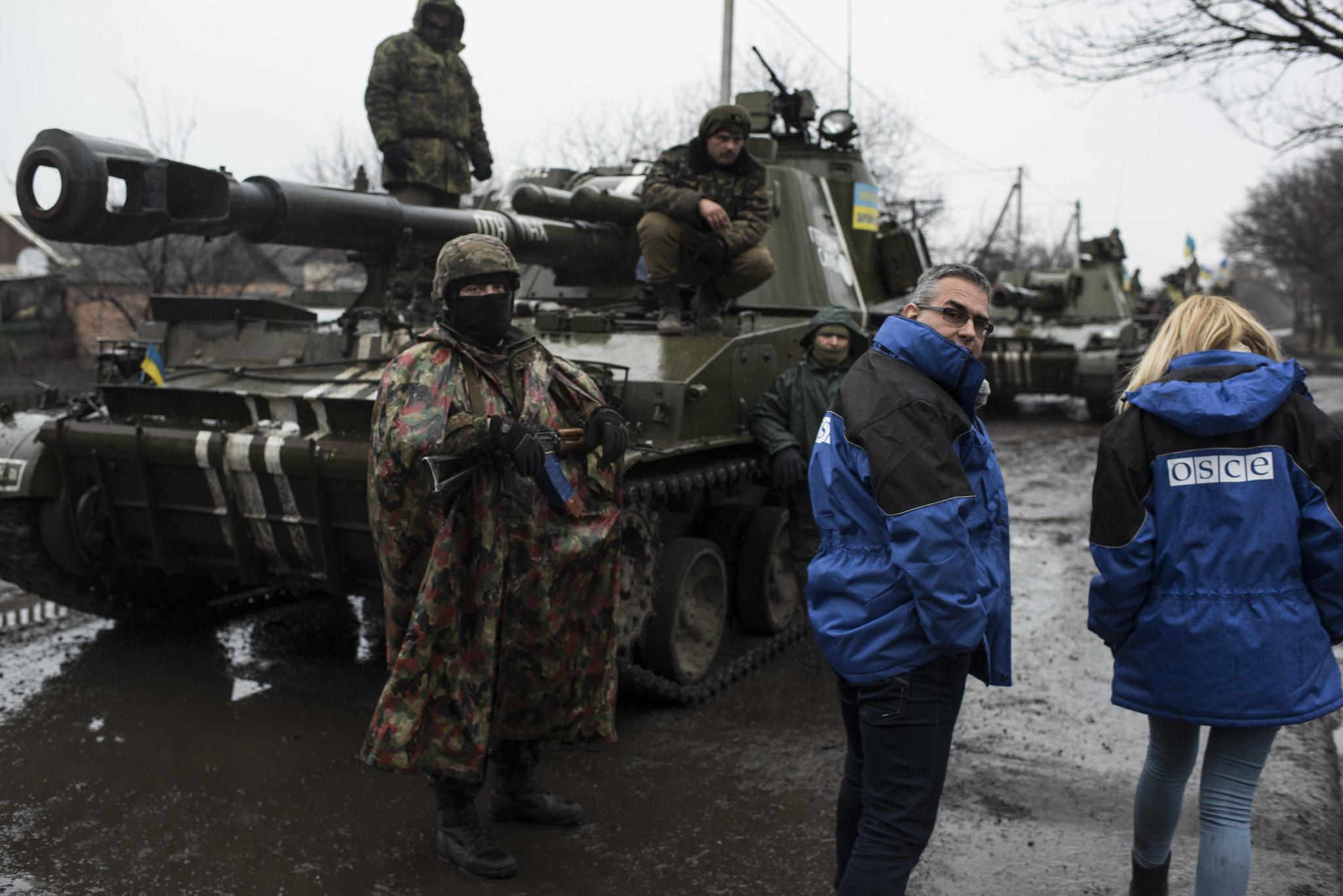 OSCE 烏克蘭特別觀察團檢視烏東重軍武裝備 圖/OSCE SMM (CC BY 2.0)
