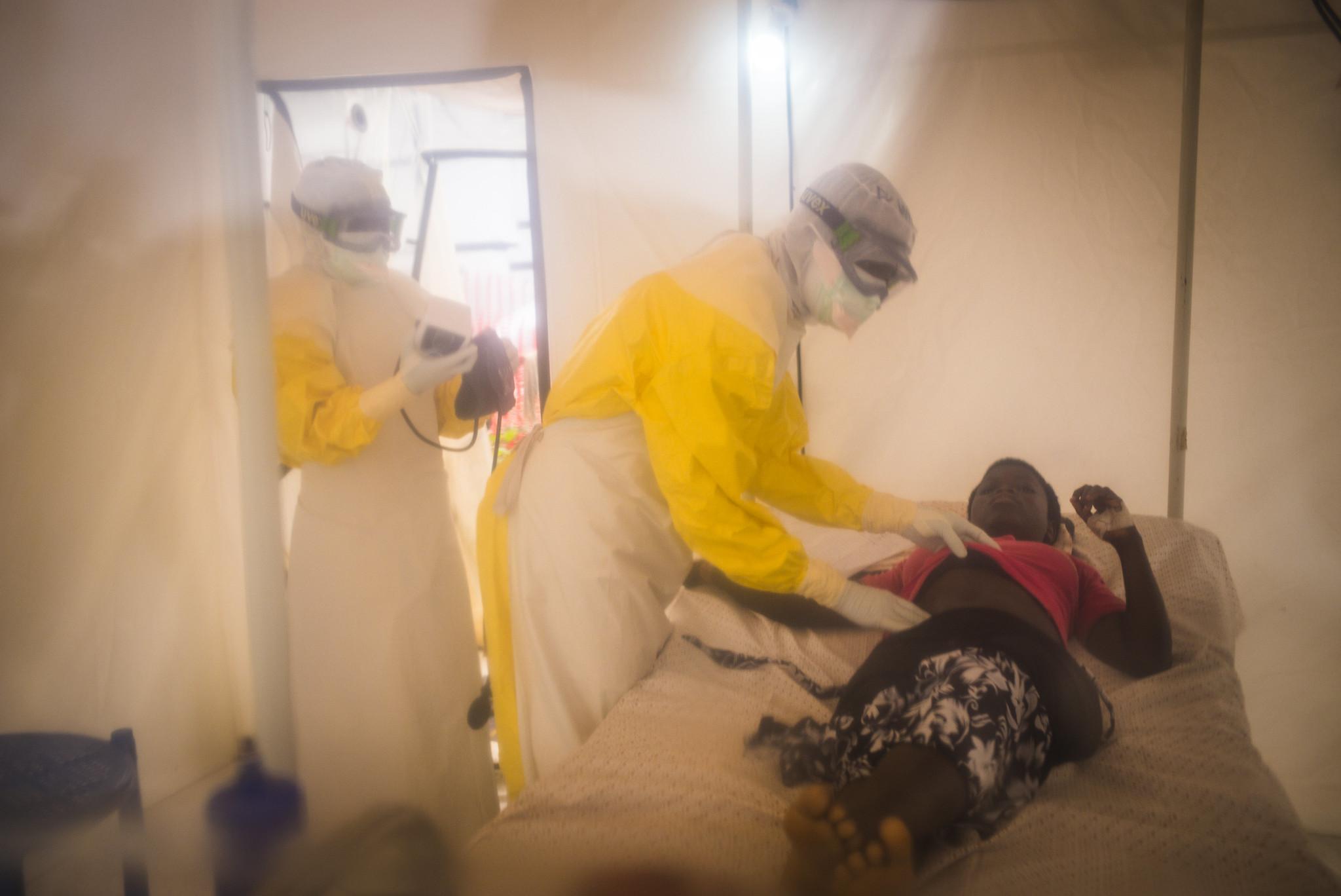 今年一月,一名疑似感染伊波拉病毒的 15 歲剛果男孩正在接受治療。 圖/World Bank / Vincent Tremeau (CC BY-NC-ND 2.0)