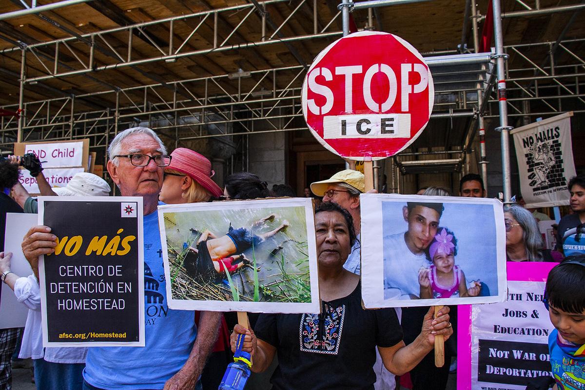 示威者抗議川普政府,並要求關閉美墨邊境的拘留中心和ICE,准許所有被拘禁在內的無證移民進入美國。 圖/Charles Edward Miller (CC BY-SA 2.0)