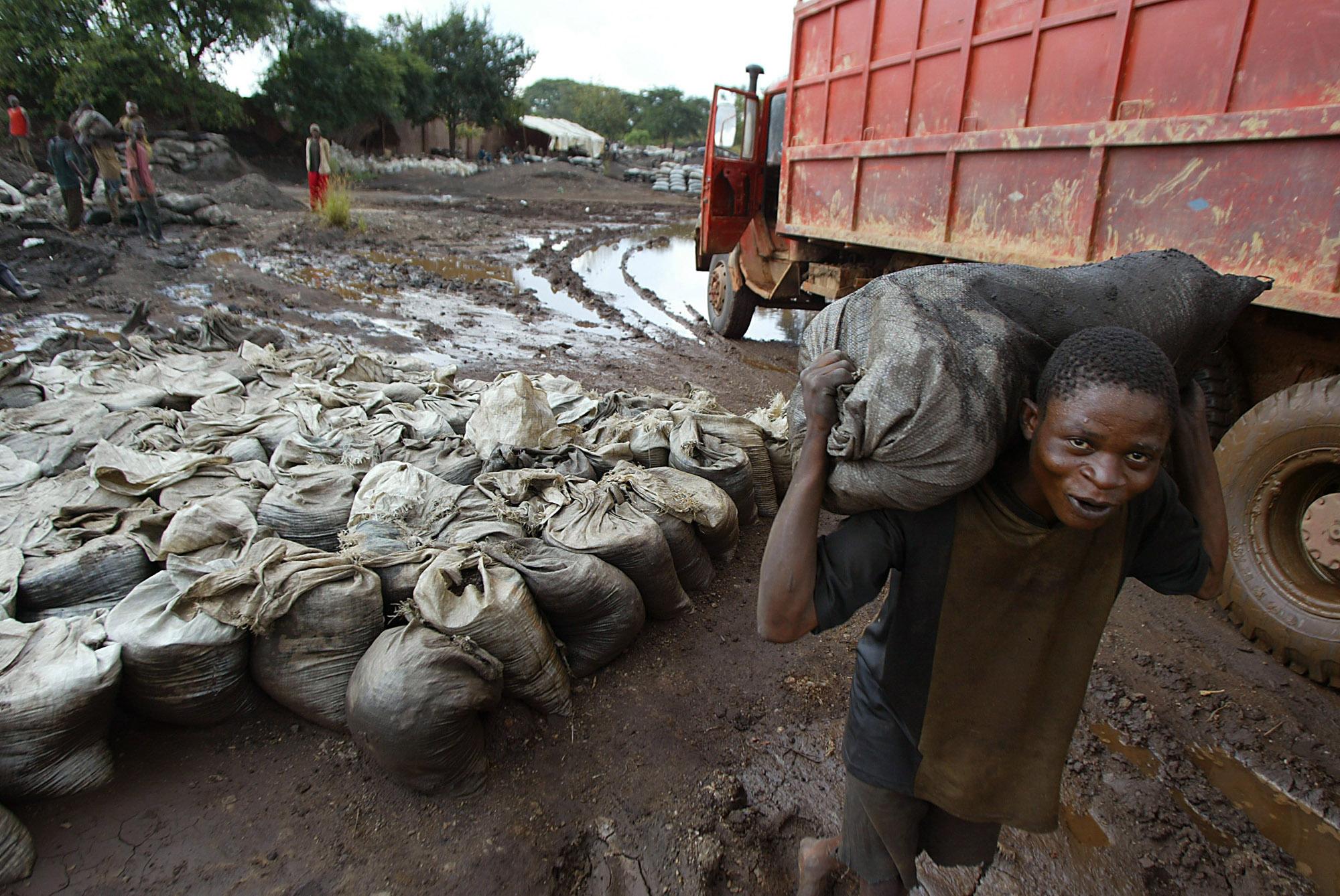圖/剛果的銅鈷礦場坍塌意外挖掘出童工和非法採礦等問題。(AP Photo / Schalk van Zuydam / 達志影像)