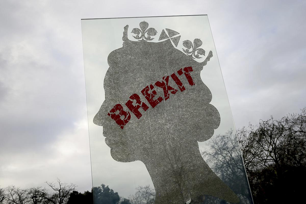 圖/被噴上「脫歐」字樣的英女王側臉剪影像。(AP Photo / Tim Ireland / 達志影像)