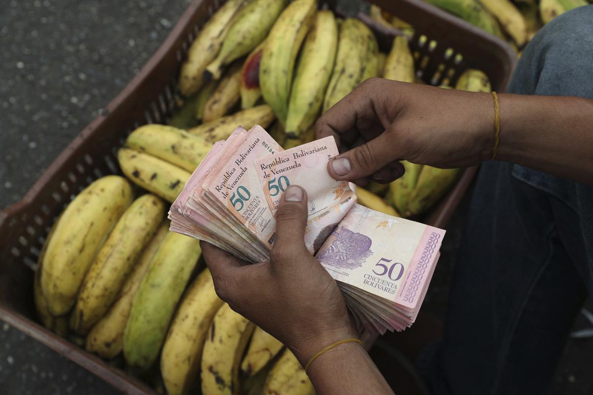 圖╱委內瑞拉不肖商人藉人道救援計畫與政客親信共同謀取金錢。(AP Photo / Martin Mejia / 達志影像)