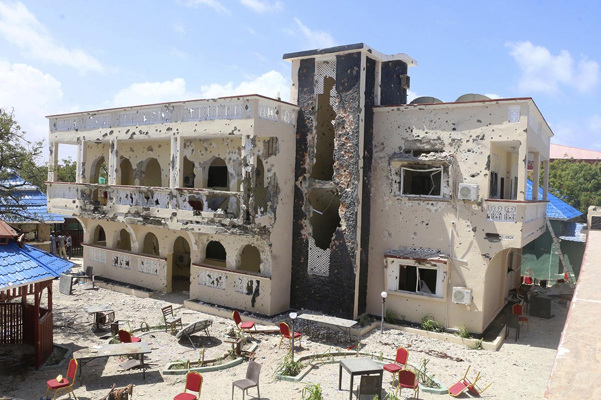 圖/遭汽車自殺炸彈客和武裝份子持槍徹夜攻擊的索馬利亞艾沙塞飯店。(AP / 達志影像)