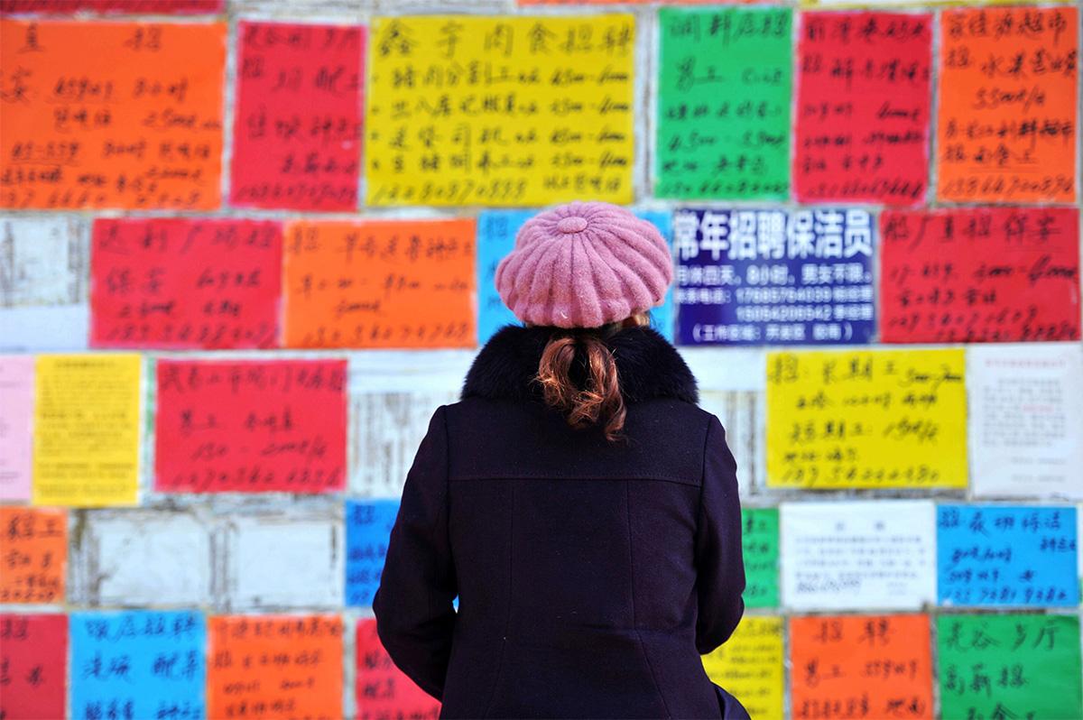 圖/在山東省青島西海岸新區某個徵才看板前找尋工作的人。(REUTERS / Stringer ATTENTION EDITORS / 達志影像)