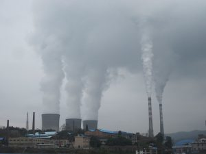 湖南省冷水江市的一座火力發電廠。發電廠把排出的氮氧化物、二氧化硫、微粒物質以及危害性的污染一併散播到空氣中(圖/Huangdan2060/CC0 1.0)
