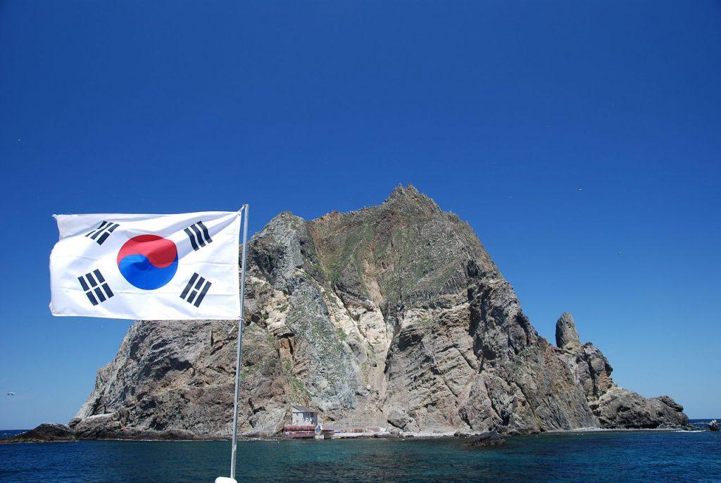 日、韓、朝鮮三國分別就該島各自主張領有權,目前由韓國實效佔領,韓國在獨島上建有燈塔、雷達與碼頭等設施(圖/Ulleungdont/CC BY-SA 3.0)