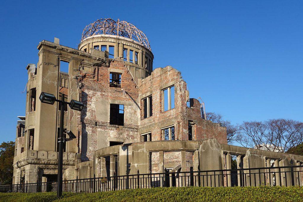 1945年8月6日美軍以原子彈轟炸廣島,爆炸中心附近的建築物幾乎全數被夷為平地,僅此建築勉強屹立沒有完全傾倒。今屬廣島和平紀念公園的一部份(圖/Oilstreet)