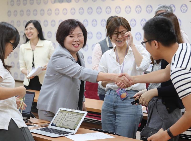 勞動部長許銘春宣布基本工資擬調漲 攸關200多萬名勞工的基本工資。(圖/中央社)