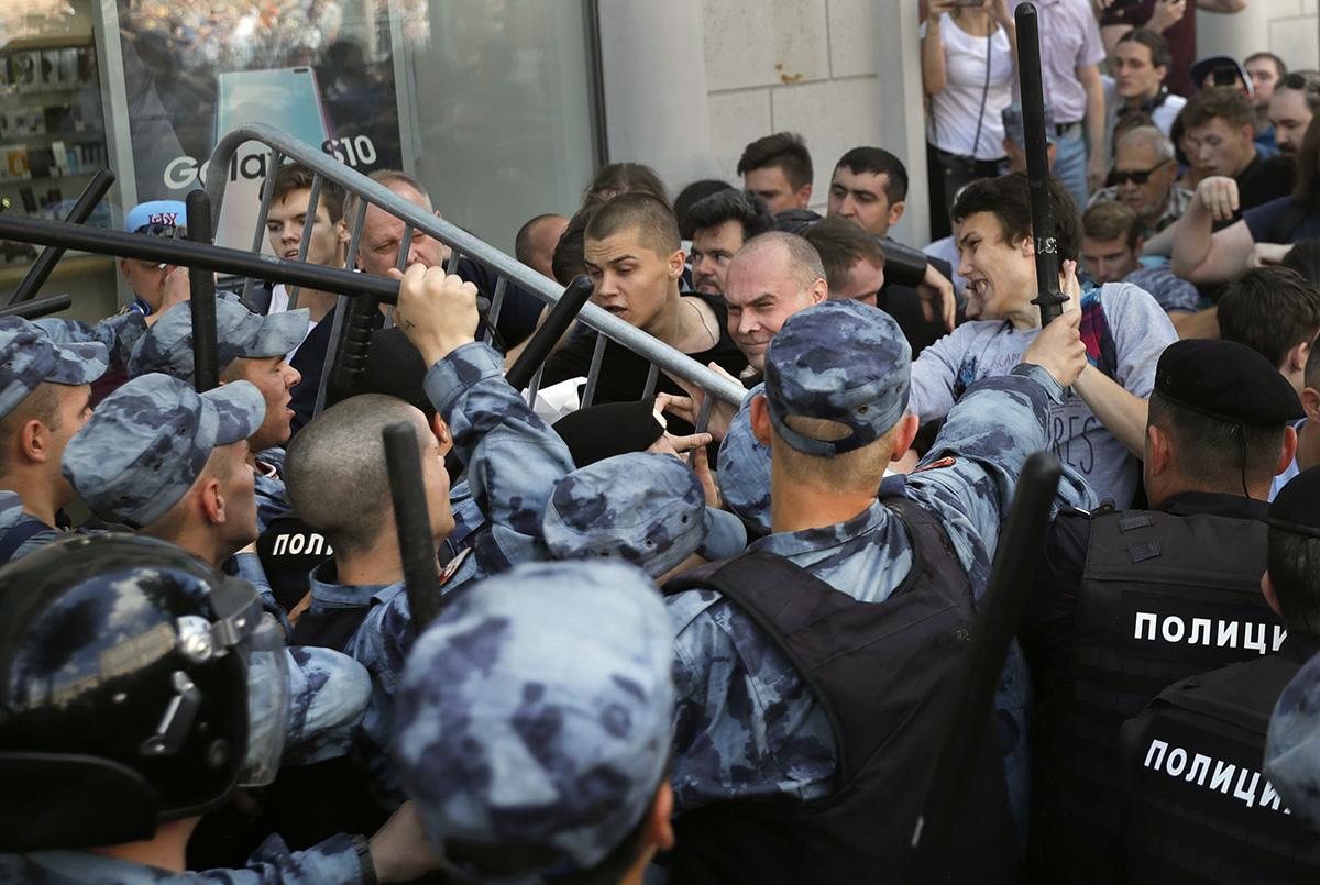 圖/反對派參選權利被取消,俄羅斯莫斯科爆發近年規模最大抗議與警民衝突。(AP Photo / Pavel Golovkin / 達志影像)