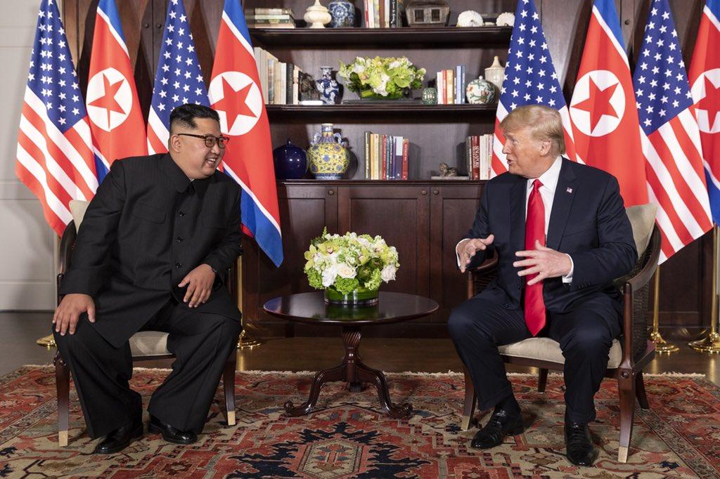 2018年6月12日川普與金正恩在新加坡會面(圖/Dan Scavino/美國總統辦公室)