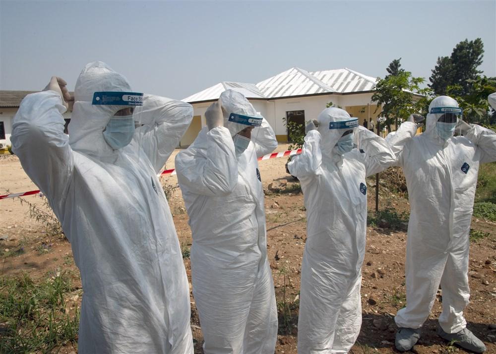 非洲之角聯合特遣部隊(CJTF-HOA)的軍事人員和醫生與剛果民主共和國邊境附近的人員進行伊波拉預防措施交流(圖/Nick Scott/非洲之角聯合特遣部隊官網)