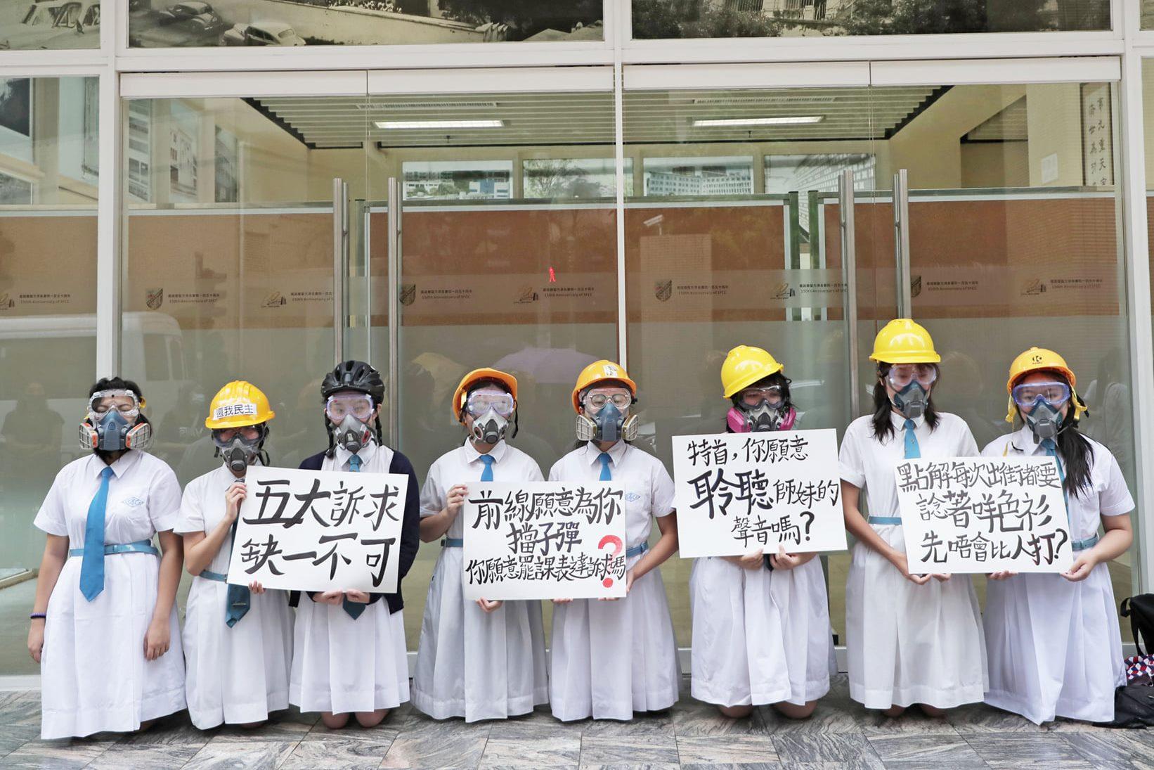 特首林鄭月娥的母校嘉諾撒聖方濟各書院,有多名學生冒雨在校門外下跪近半小時(圖/立場新聞臉書)