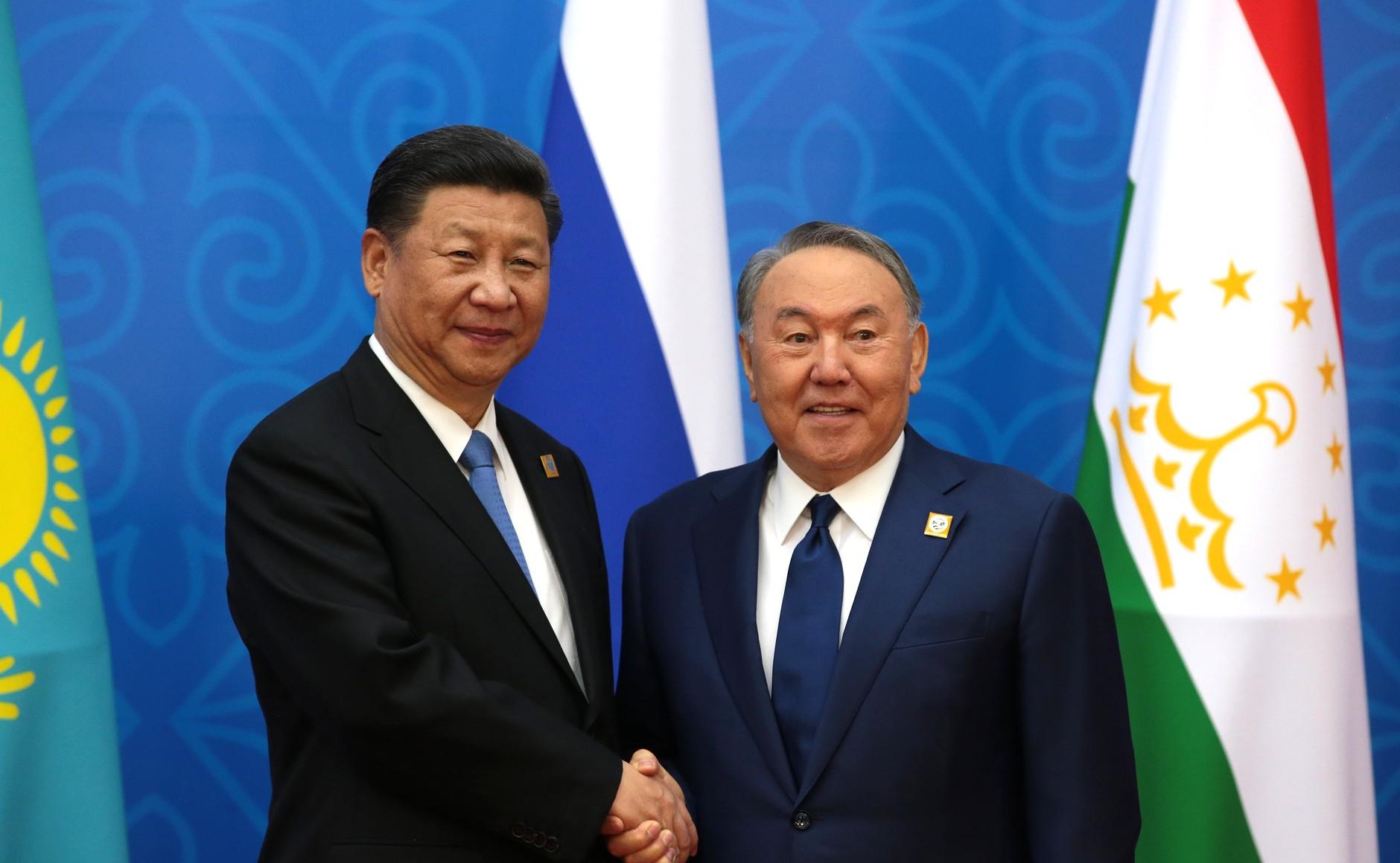 圖右邊為前總統納札爾巴耶夫(Nursultan Nazarbayev)(圖/俄羅斯總統辦公室)