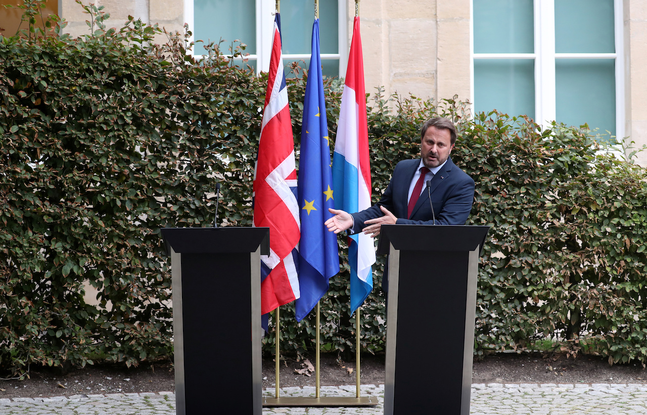 英方考量場外抗爭因素,最後僅由盧森堡首相貝特出席,並照原定計畫留下英國首相強森的位子及英國國旗(圖/Yves Herman/達志影像.Reuters)