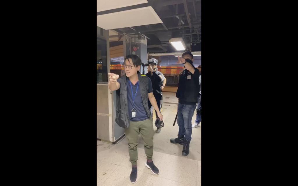 香港防暴警察突襲中大校園 搜查5學生(圖/ 崇基學生會 CCSU臉書)